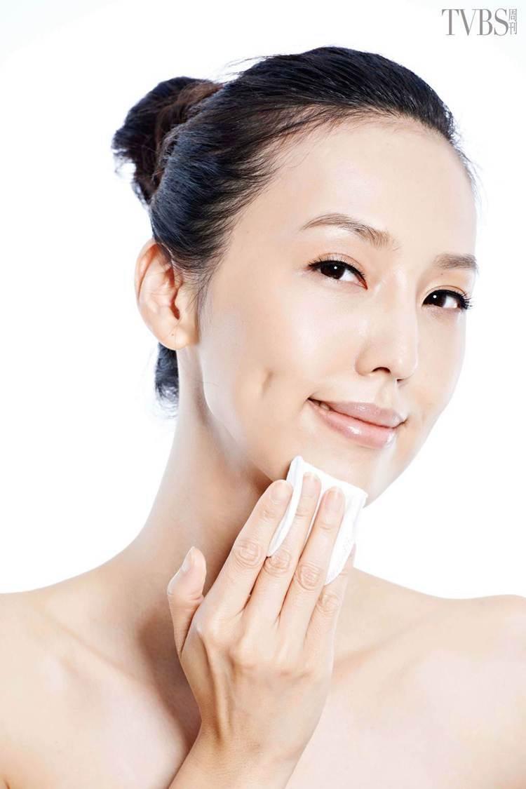 STEP6:拍打下巴及全臉。圖/TVBS周刊