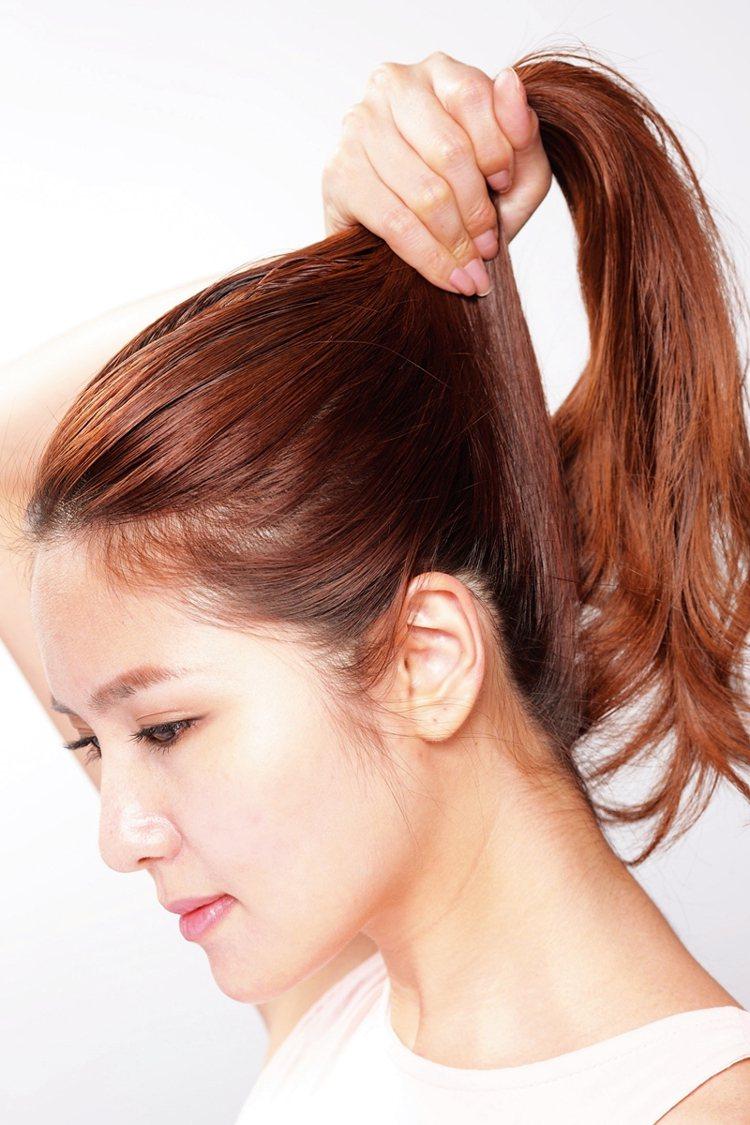 STEP4:輕拉馬尾讓頭皮有拉提感。圖/大美人提供