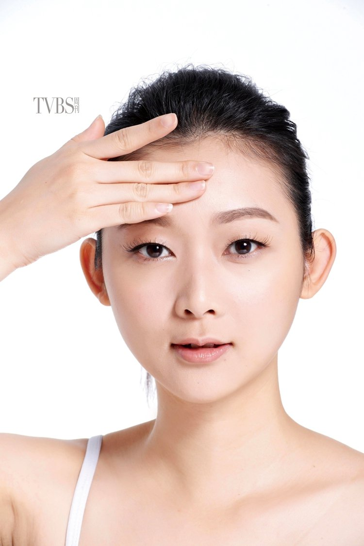 STEP1 按摩額頭,全臉塗抹乳霜後,利用指腹,從額頭中央往兩側按摩滑動,重複按...