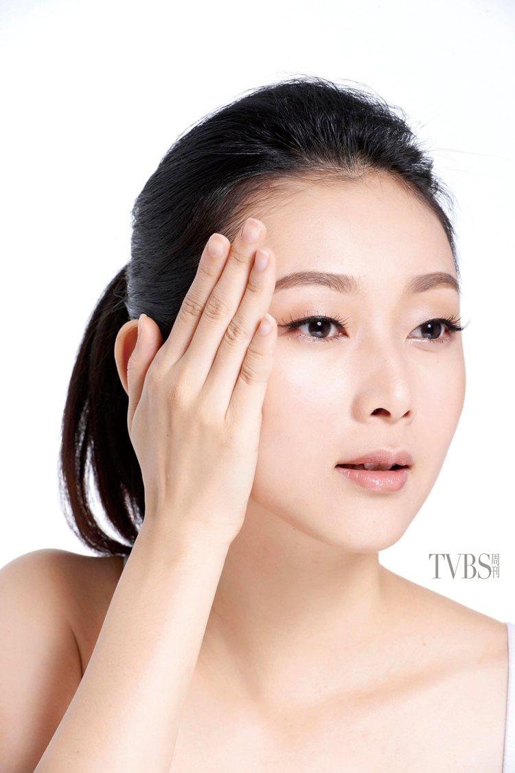 STEP2 滑按臉頰,利用掌心的溫度,將手掌輕壓在臉上,食指抵在鼻翼兩側,緩慢往...