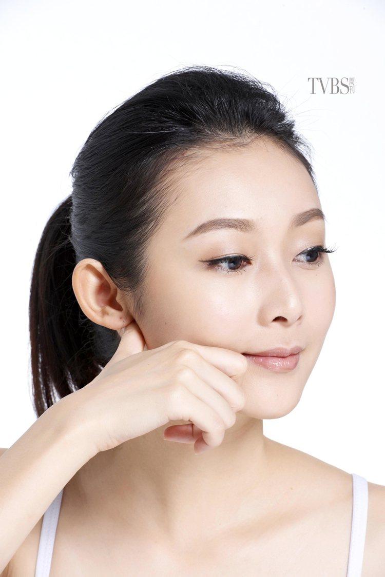 STEP3 拉提嘴邊肉,將拇指抵在耳朵中間的前方位置,食指抵在嘴角兩側,從嘴角往...
