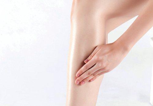 Step4:將雙手微微彎曲成杯狀,來回拍打大腿、小腿內側和外側、屁股下方,(聲音...
