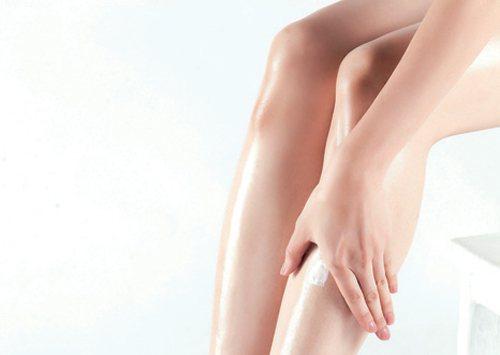 Step2:雙手手掌服貼於雙腿膝蓋下方,往下推滑至腳背處,反轉方向滑至腳底,接著...