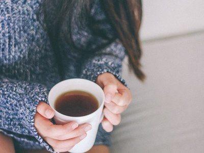 咖啡中有膳食纖維,含量比柳橙汁還高。所以咖啡因能刺激腸道加快蠕動,有緩解便秘的效...