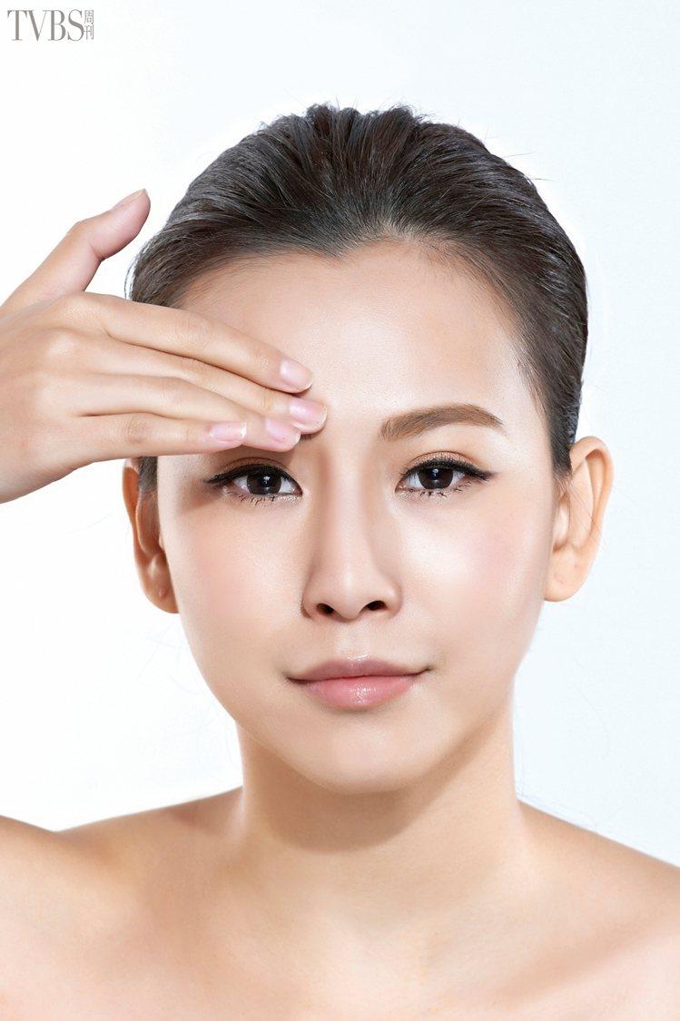 亮眼對策 1 眼周勤按摩 消除壓力黑眼圈。STEP1 利用指腹按壓眉頭眉骨位...
