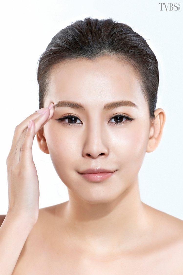 STEP3 接著以指腹按壓眉尾的眉骨位置,施壓約 3~5 秒,施力要讓眉骨位置有...