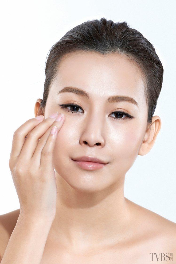 亮眼對策 3 鎮定眼膜 急救浮腫泡泡眼。STEP1 利用指腹將舒緩保濕眼霜輕...