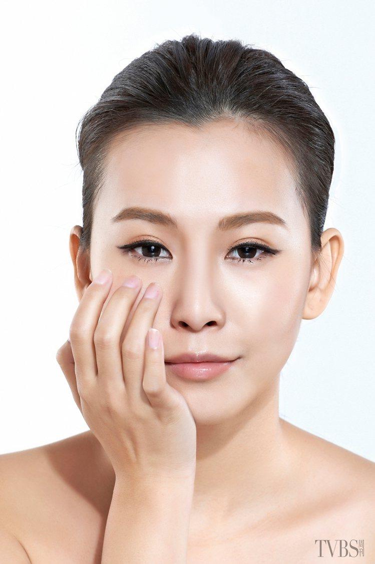 STEP2 利用指腹,輕輕彈點眼周肌膚約 300 下。圖/TVBS周刊