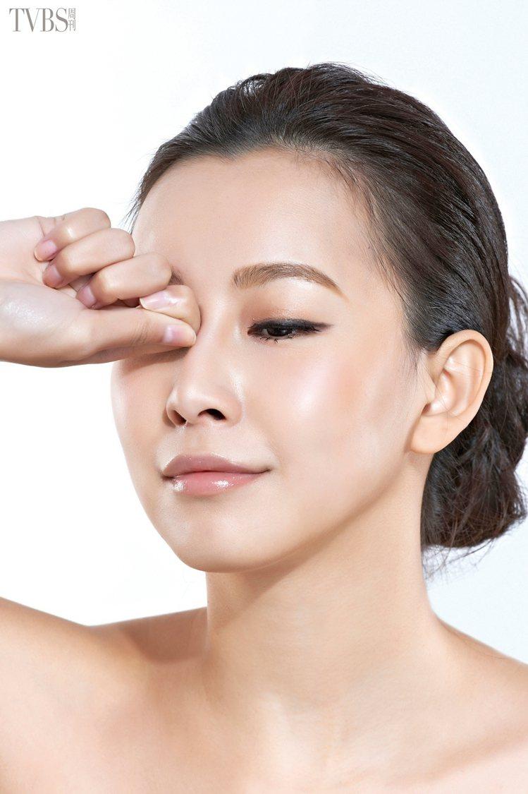 STEP3 利用食指彎曲的指節,按壓眼頭與鼻樑間凹下去的睛明穴。圖/TVBS周刊
