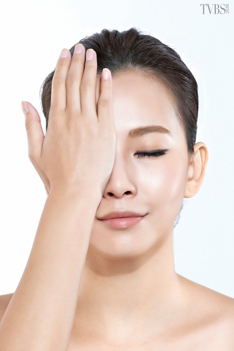 STEP4 以溫暖的掌心覆蓋在眼睛上方約 8~10 秒,舒緩眼周壓力。圖/TVB...