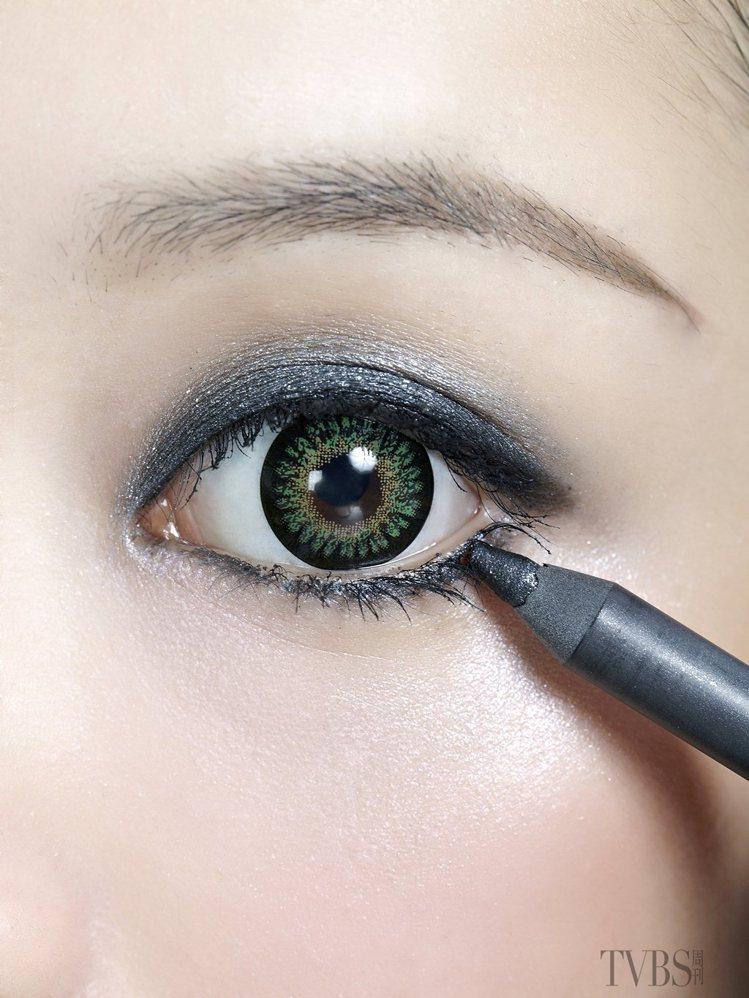 特別強調下眼線眼尾位置,上下眼皮都先上淺咖啡色眼影在眼周,上眼皮從後1/2至1/...