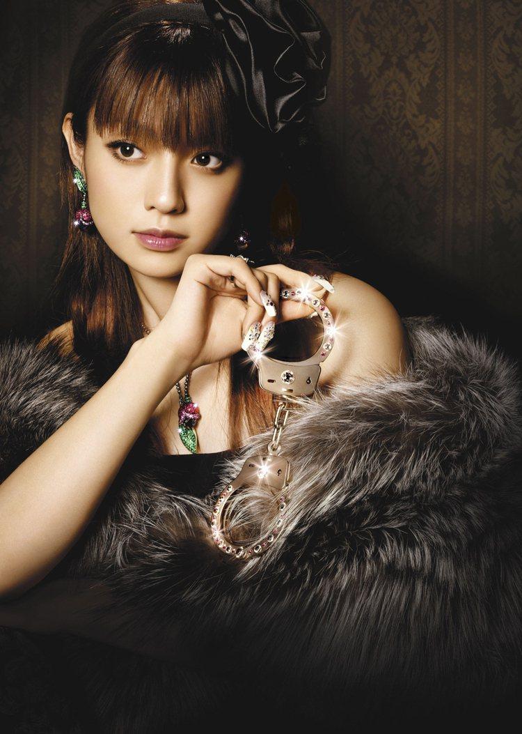 在日劇《富豪刑事》中,完美造型令人眼睛一亮的深田恭子,劇中以咖啡色為主的眼妝,也...