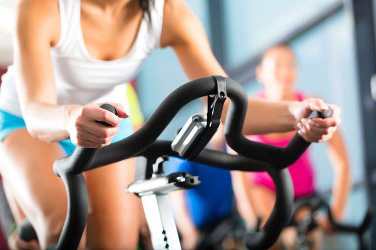 於室內透過踏單車而達至消脂、鍛鍊肌肉的效果。潔西卡艾芭、艾美羅森等都常有參加這些...