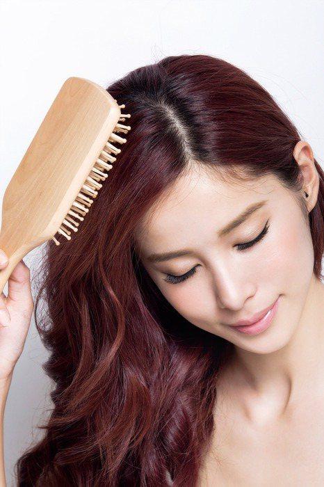 每天都要梳頭。圖/she.com Taiwan