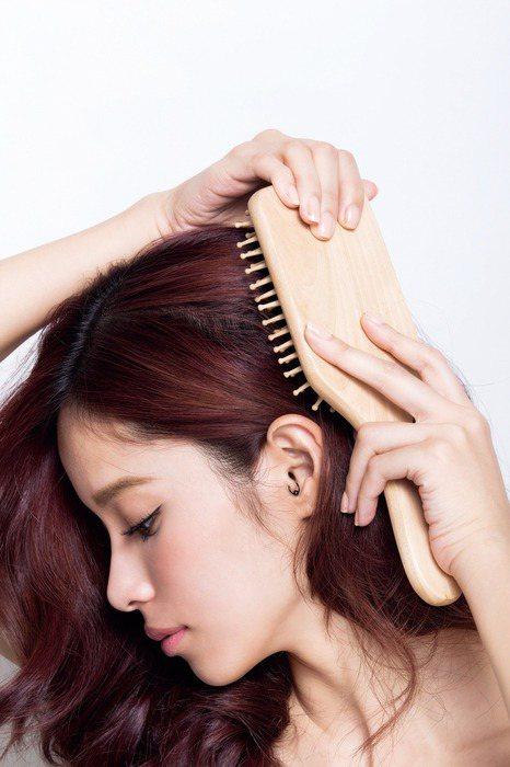 乾髮梳頭最好。圖/she.com Taiwan
