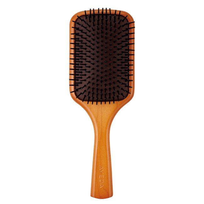 一把寬齒梳,用來把頭髮糾結梳開。一把頭皮按摩梳,每天放鬆緊繃的頭皮,天天按摩能刺...