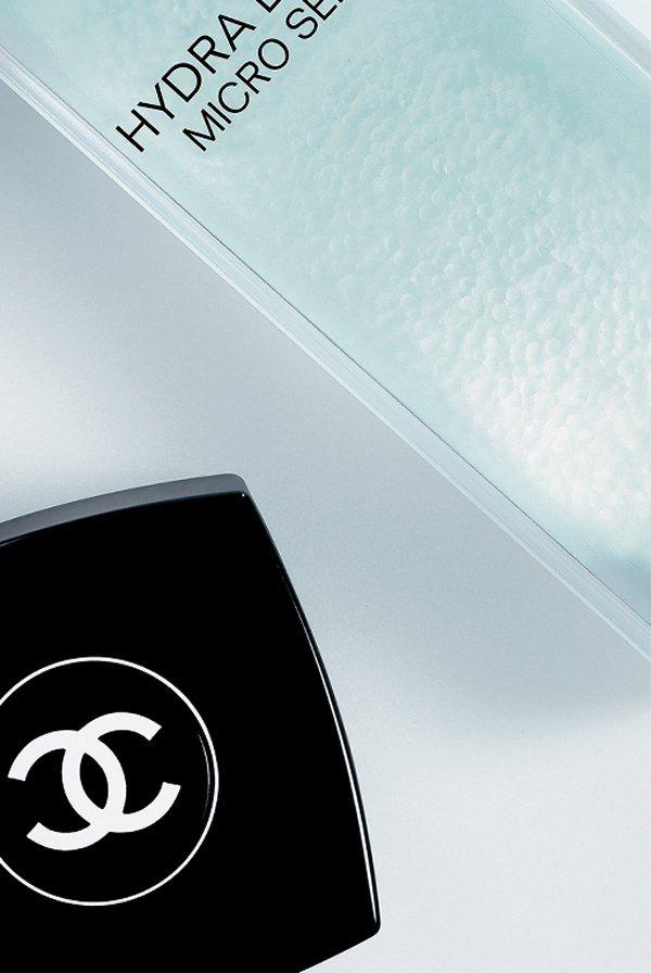 香奈兒山茶花保濕微導入精華液,為肌膚保濕帶來革新科技與使用體驗。圖/香奈兒提供