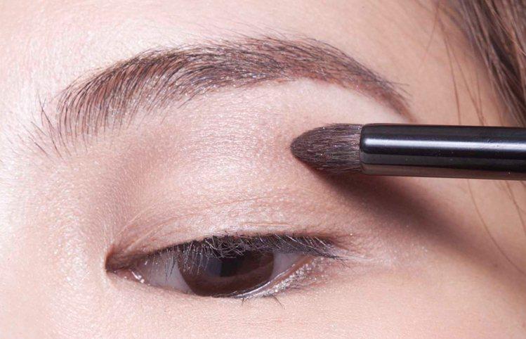 1.用無光澤的棕色眼影C順著上眼球弧度上色,打造具深邃感的假眼窩。圖/she.c...