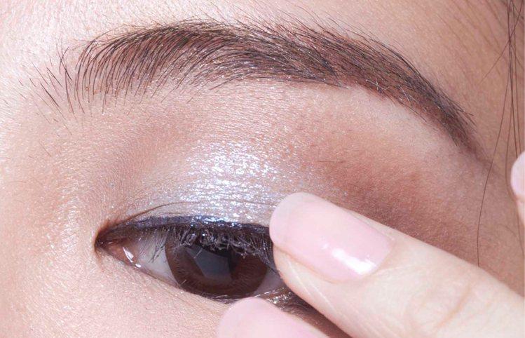 2.淺藍色眼影A從雙眼皮處開始塗抹,範圍再往上暈染些,與假眼窩接在一起。圖/sh...