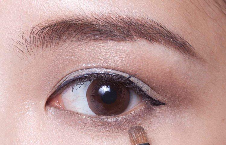 再用棕色眼影C,從眼尾往眼頭方向刷在下眼影,加強整體眼妝大眼效果。圖/she.c...