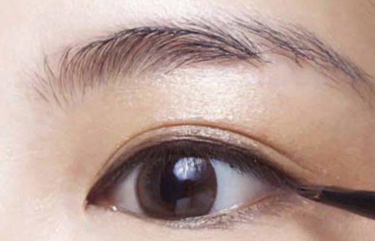 米色眼影A打底修飾暗沉眼皮,讓之後眼影發色度更好,再用眼線膠填滿睫毛根部畫內眼線...