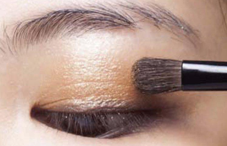 淺棕色眼影C刷在眼窩位置,要與步驟2眼影E的範圍重疊部分,讓漸層自然。圖/she...
