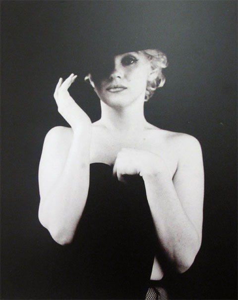 夢露展現少見的中性風格,仿效她的偶像--三零年代男裝女穿經典代表女星瑪琳黛德麗的...