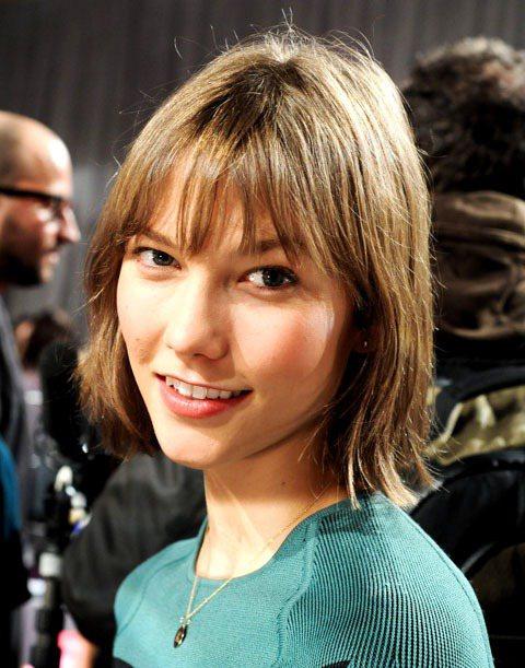 從2012年維多利亞的秘密時尚秀,Karlie Kloss以俏麗短髮出現在秀場後...