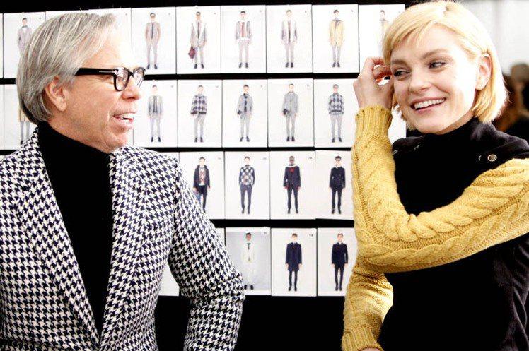 Jessica Stam(右)訪問設計師Tommy Hilfiger。圖/達志影...