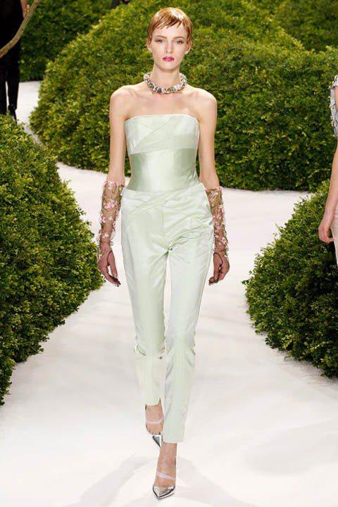 Dior2013春夏高級訂製服發表秀上,隱去的眉毛、淡雅的亮粉眼妝、到髮型師打造...
