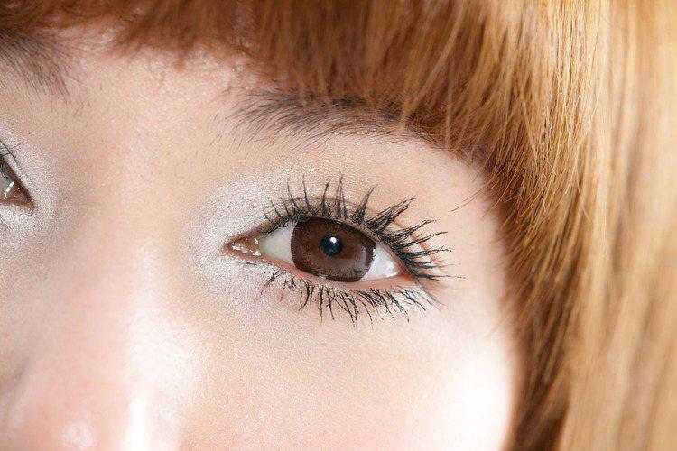 1.眼頭的內眼角(眼頭ㄑ字)利用細緻的透明白色珠光眼影提亮,眼睛輪廓原本就深邃的...