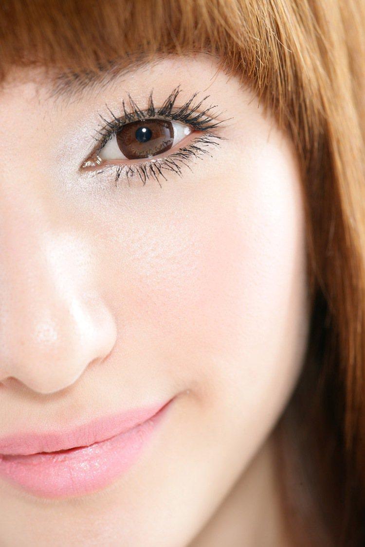 1.底妝很輕透,所以妝前保養一定要先做足,最後再使用少量的粉底液加強在臉中央,越...