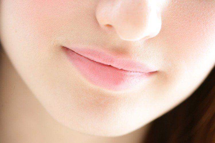 選擇粉調的唇彩輕輕塗抹在雙唇,讓原本的唇色增添些許粉嫩感即可,千萬不要搶過眼妝的...