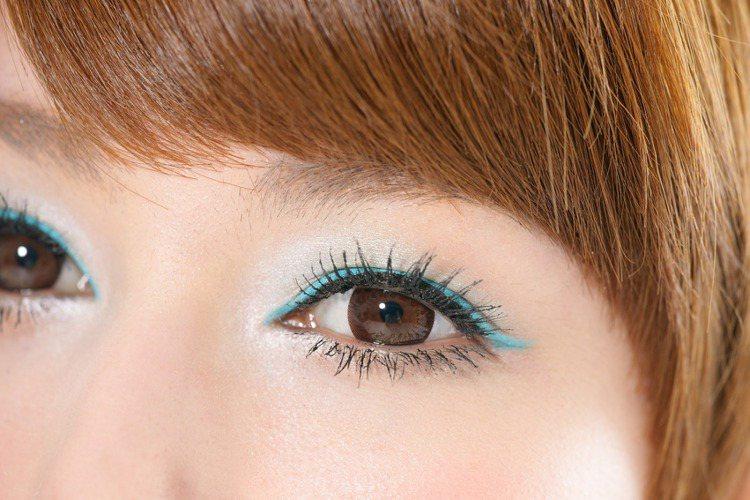 1.選擇藍色眼線筆,從眼頭粗粗的描繪到眼尾,並在眼尾往上輕勾出明顯的線條。 2...