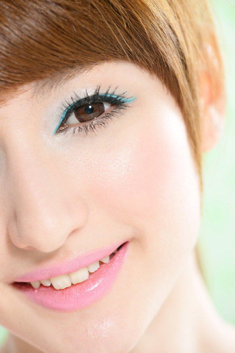 1.畫藍色或是紫色眼妝的人,可搭配粉紅色系的腮紅。 2.畫綠色或是橘色眼妝的人...
