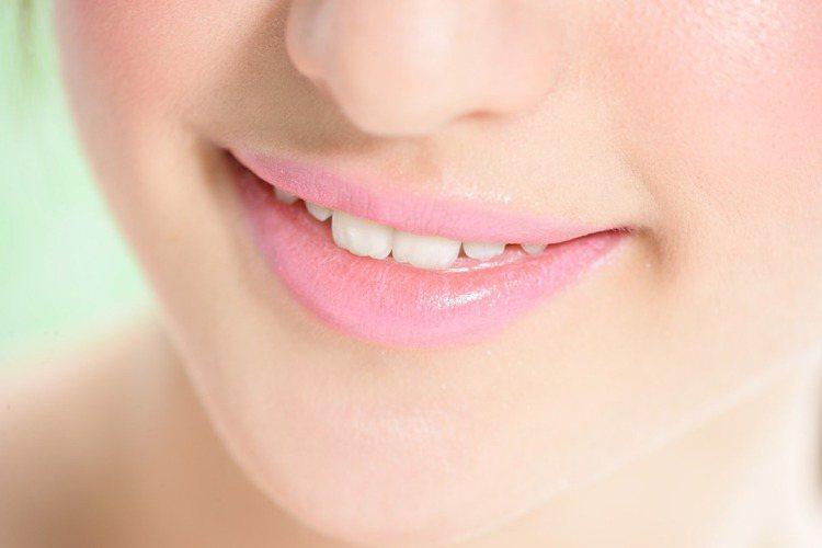 膚色白皙的人可挑選偏亮桃色的脣膏塗抹後,疊上粉色唇蜜,讓整個人散發少女般的青春氣...