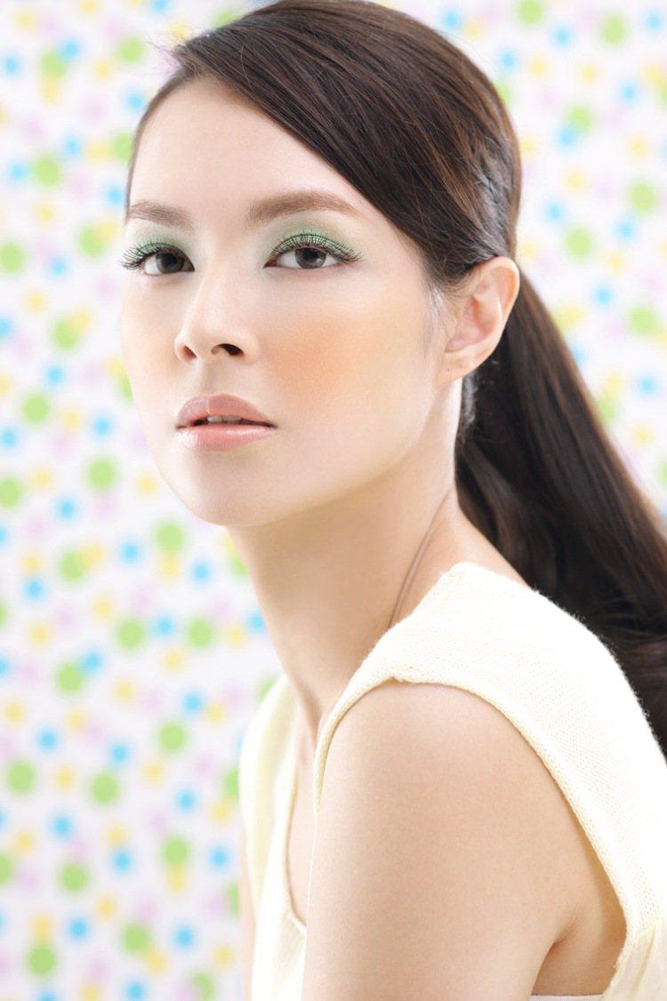 粉嫩的春天當然少不了綠色眼影,利用調整眼皮與塗抹正確眼影位置的兩大技巧,就可以避...