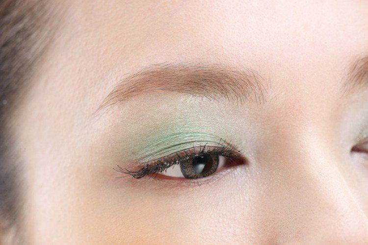 1.利用帶有大地色調的膚色眼影打底,創造出眼窩的深邃度。如果有細微光澤的更好,可...