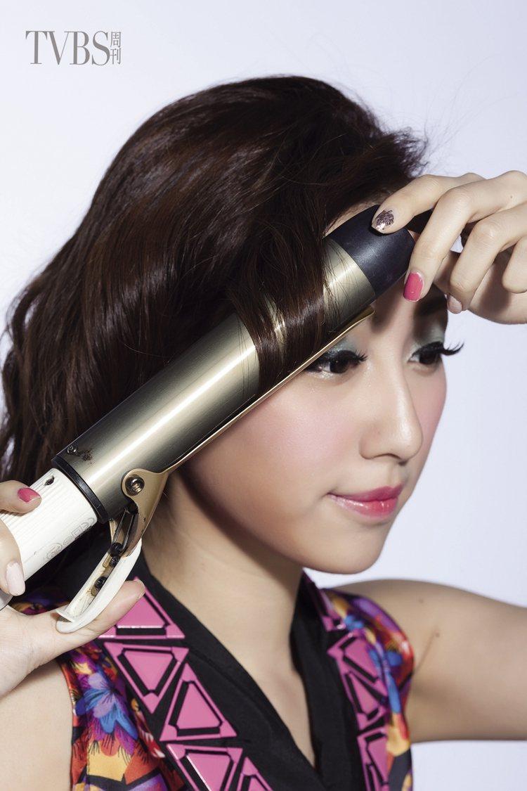 STEP1:先利用大電捲棒將全部的頭髮捲出隨興捲度。圖/TVBS周刊提供