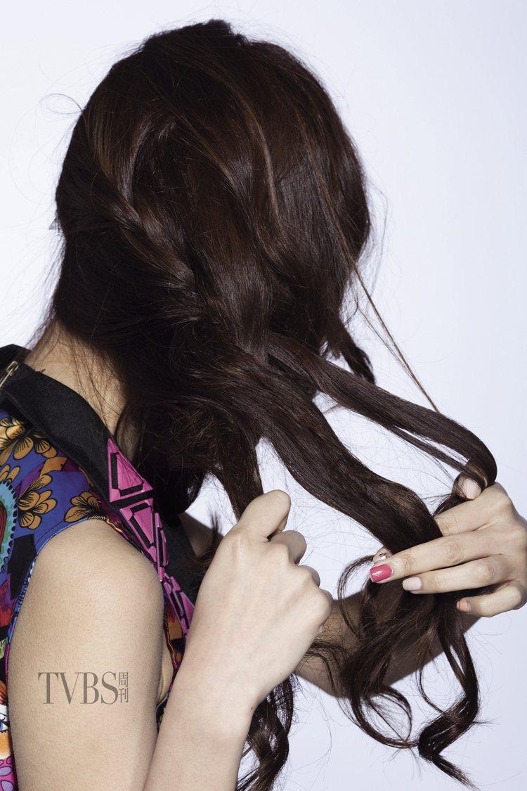 STEP3:由左往右,一邊編髮、一邊繼續取髮束編進去,編髮時要鬆鬆地編,才能保留...