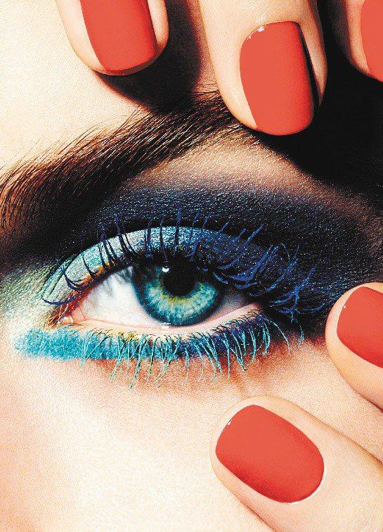 香奈兒2013夏妝帶來睫毛的搶眼撞色。圖/香奈兒提供