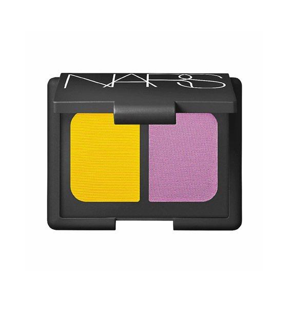 NARS雙色眼影,蒲公英般的鮮黃色調配紫羅蘭,色澤鮮豔時尚。1,150 元。圖/...
