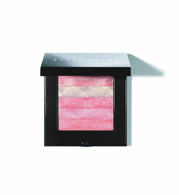 粉晶玫瑰星紗顏彩盤展現美麗的光澤。1,500元。圖/BOBBI BROWN提供