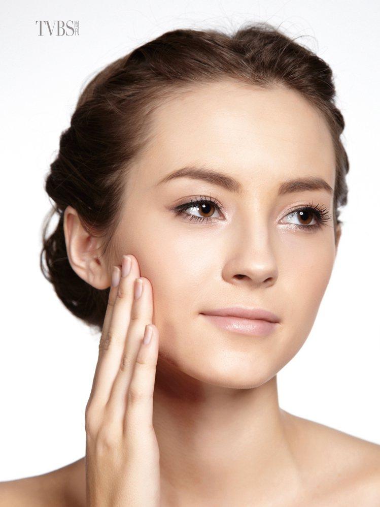2 塗抹保濕精華:沾取適量的保濕精華,從偏乾的兩頰開始塗抹,再帶到T字部位。保濕...