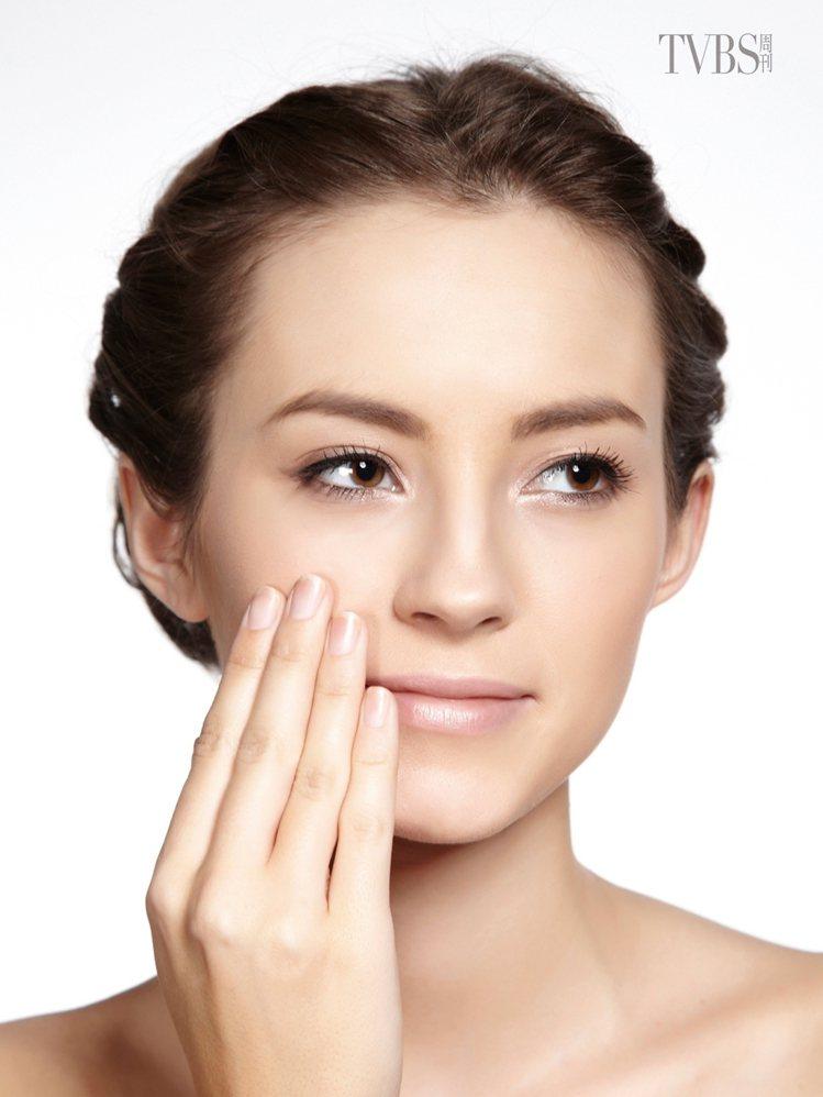 3 乳液鎖水:取少量的乳液,點在兩頰、額頭、下巴部位,以指腹一邊畫圓一邊塗抹均勻...
