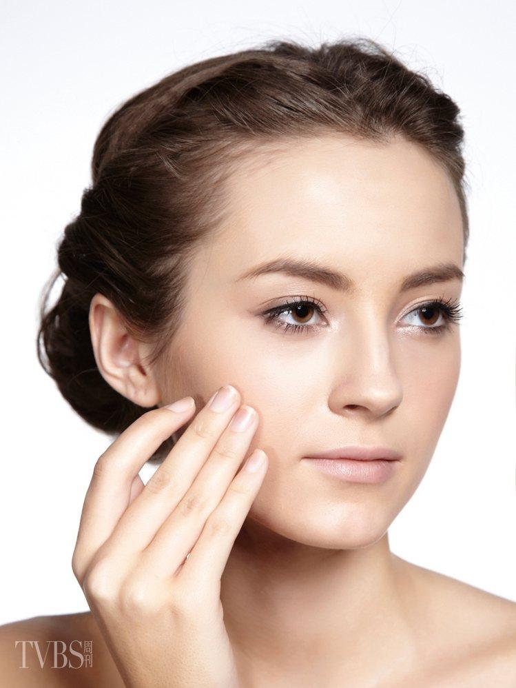 1 塗抹防曬基礎保養步驟後,先在全臉塗上防曬隔離霜。圖/TVBS周刊提供