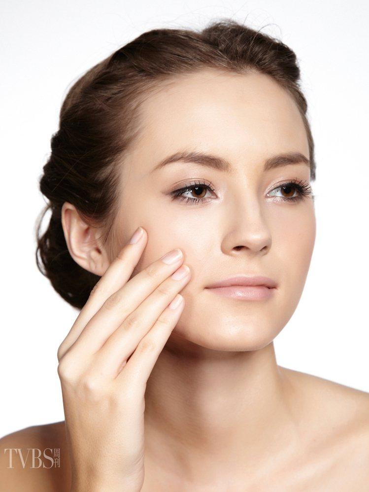 2 飾底乳校正膚色取適量的潤色飾底乳,均勻塗抹全臉,微調膚色。圖/TVBS周刊提...