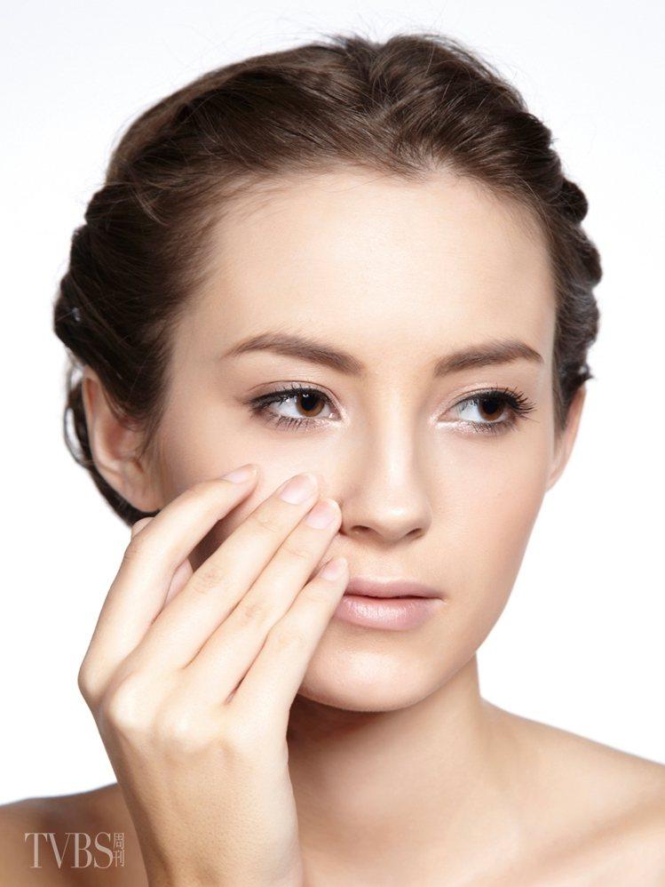 3 修飾霜遮毛孔在特別在意的部位,例如兩頰及鼻子的毛孔,可以選用霧面質地的毛孔修...