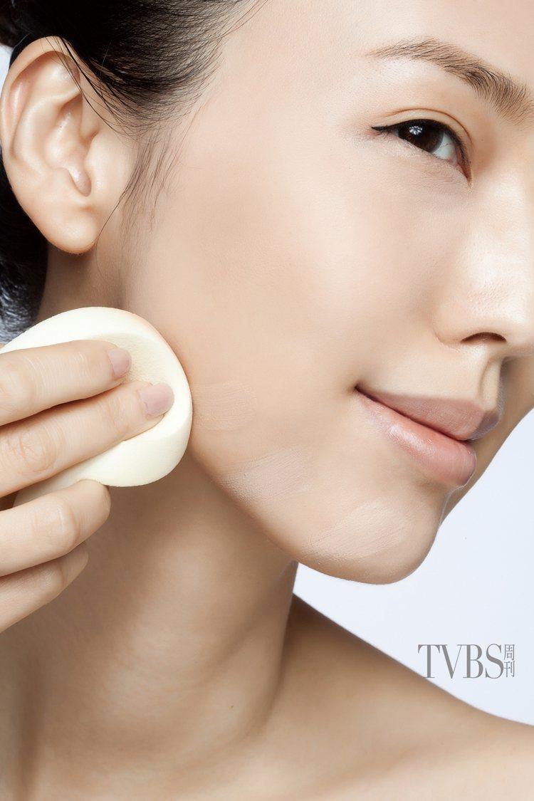 3.從下巴及臉緣部位以放射狀方向,輕輕塗抹粉底,帶到下顎位置。圖/TVBS周刊提...