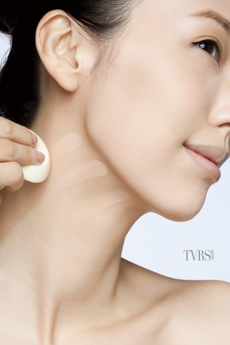 4.將粉底從下顎至頸部,以放射狀搽塗均勻,避免臉、頸部形成色差。圖/TVBS周刊...